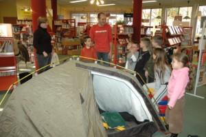 montage de la tente devant les enfants de Joué les Tours